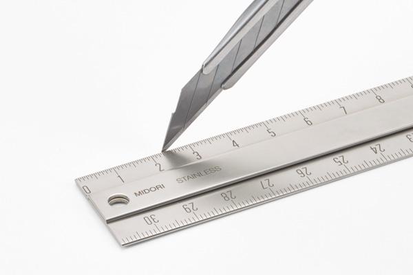 ハードな仕様に耐える、丈夫なステンレス製。 カッター刃でも削れず傷つきにくく、落としても角がつぶれにくい。ハードな使用に耐える丈夫なステンレス製です。